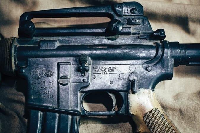 Резиновый муляжный реквизит CAR-15 - «Это моя безопасность» героя Норма «Хута» Гибсона. Персонаж актёра Эрика Бана, представляет собой смесь нескольких ветеранов спецназа, участвовавших в операции «Готический змей».