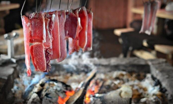 Всё, что нужно знать про копчёное мясо и копчение в домашних условиях